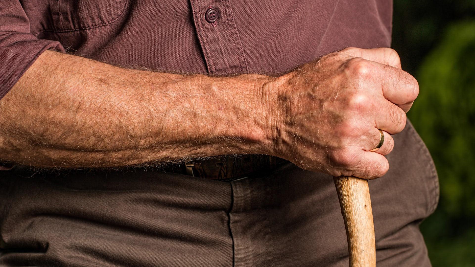 Mayores de 70 años tendrán 3 salidas semanales desde junio